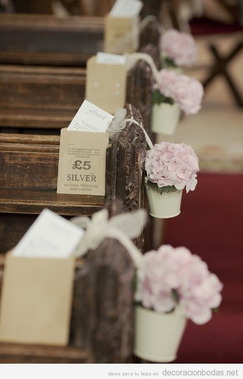 Decoración de flores para bancos de iglesias en boda
