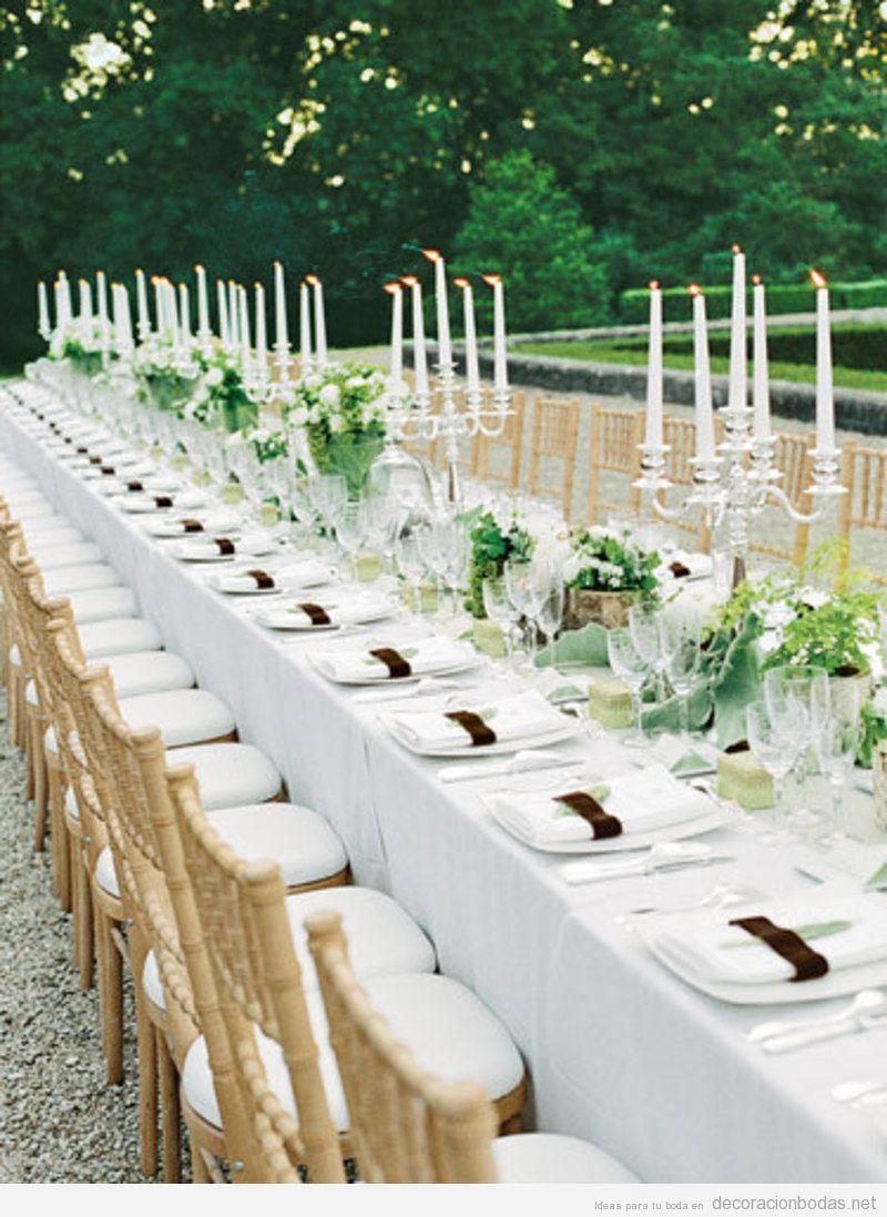 Decoración de mesa larga de boda elegante y sencilla en jardín