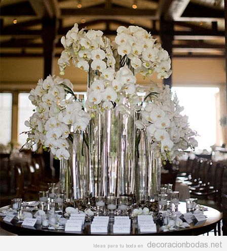Decoración mesa recepción invitados con orquídeas blancas