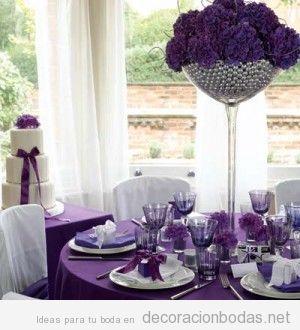 Decoración de mesa invitados boda en tonos morados, lilas y violetas