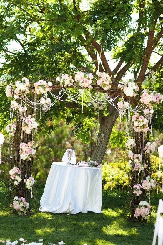 Imagen bonita de un altar de boda en un jardín