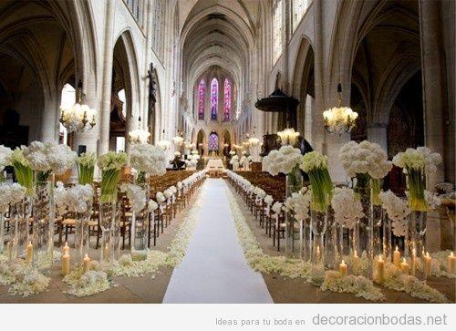 Decoración de boda en una iglesia estilo gótico