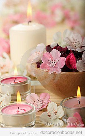 Decoración de mesa de invitados con velas rosas y blancas