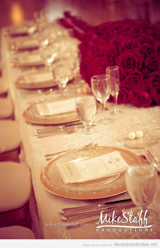 Decoración de mesa de banquete de bodas alargada con rosas rojas