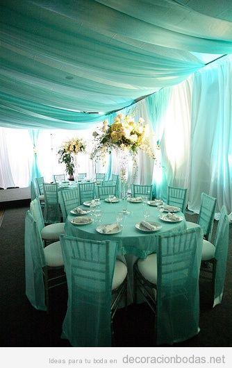 Decoración de boda en una carpa con tul y gasa turquesa