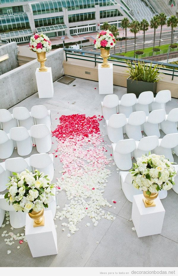 Decoración moderna y sencilla para boda en azotea de un edificio de ciudad