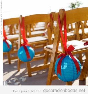 Decoración de silla de invitados con globos de papel y lazos, jardín