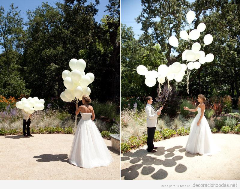 Idea original de boda, novios soltando globos blancos