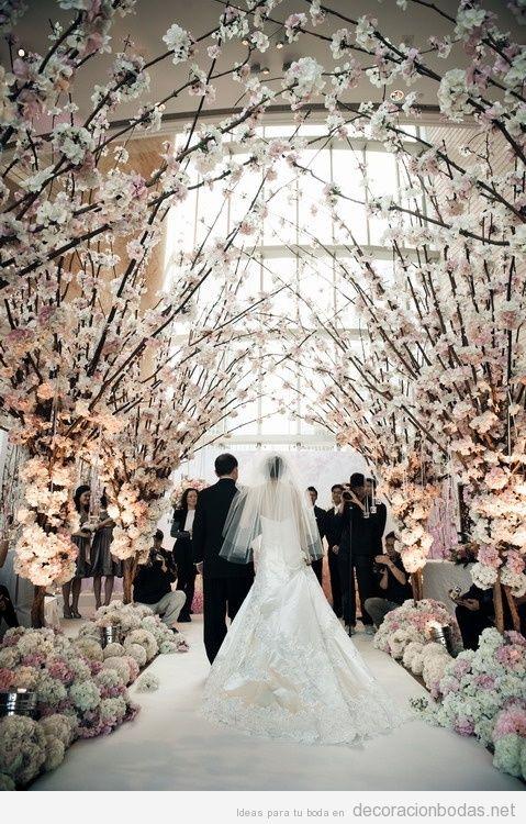 Túnel de rama de cerezos, pasillo camino al altar en una boda