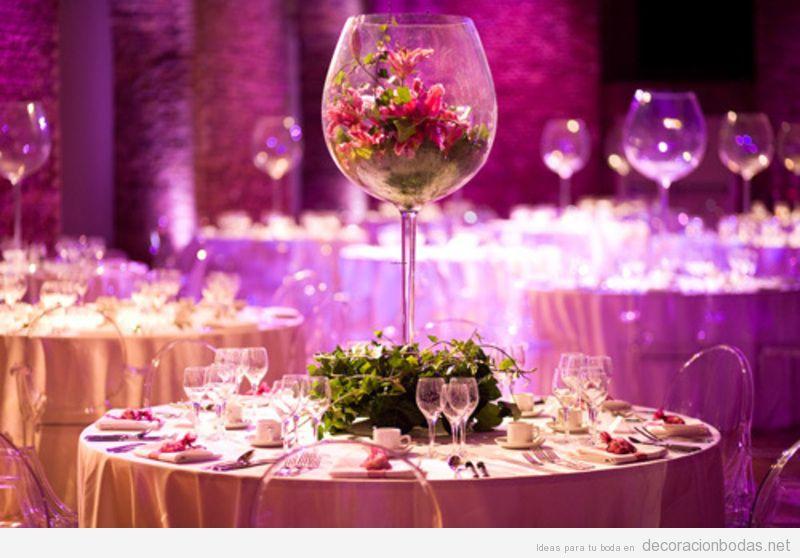 Mesa de bodas decorada con una copa de vino gigante llena de flores