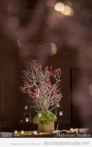 Decoración de mesa de boda estilo indio con ramas de árboles y velas