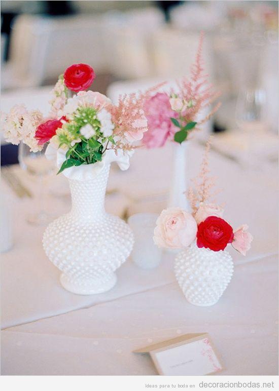 Decoración de mesa d eboda con jarrones blancos y flores
