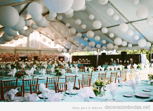Decoración de un salón de bodas en una carpa de tela con globos de papel