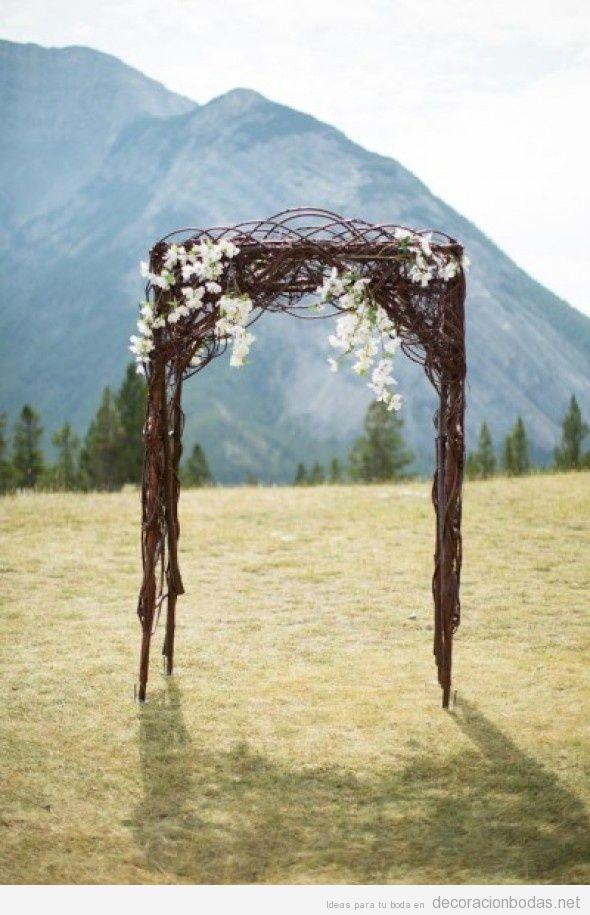 Altar de boda sencillo para jardín con ramas y flores