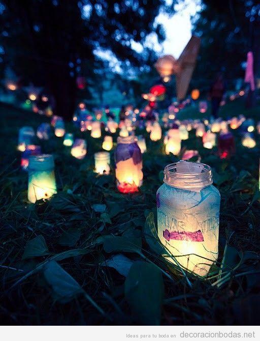 Idea bonita y original para decorar e iluminar una boda en el jardín de noche