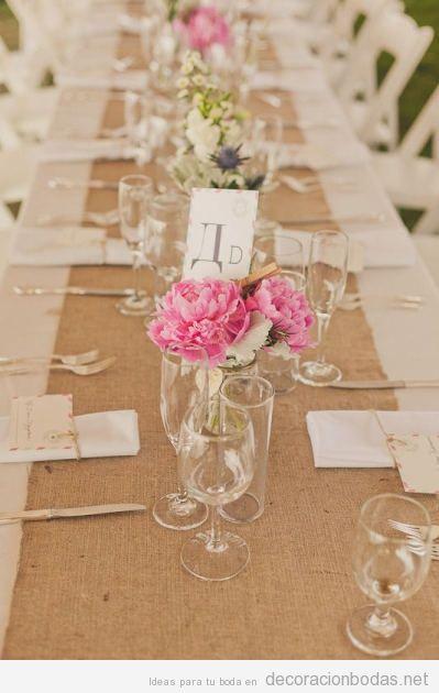 Ideas para decorar una mesa de boda estilo natural con yute y flores