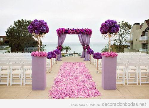 Decoración boda aire libre con flores rosas y moradas