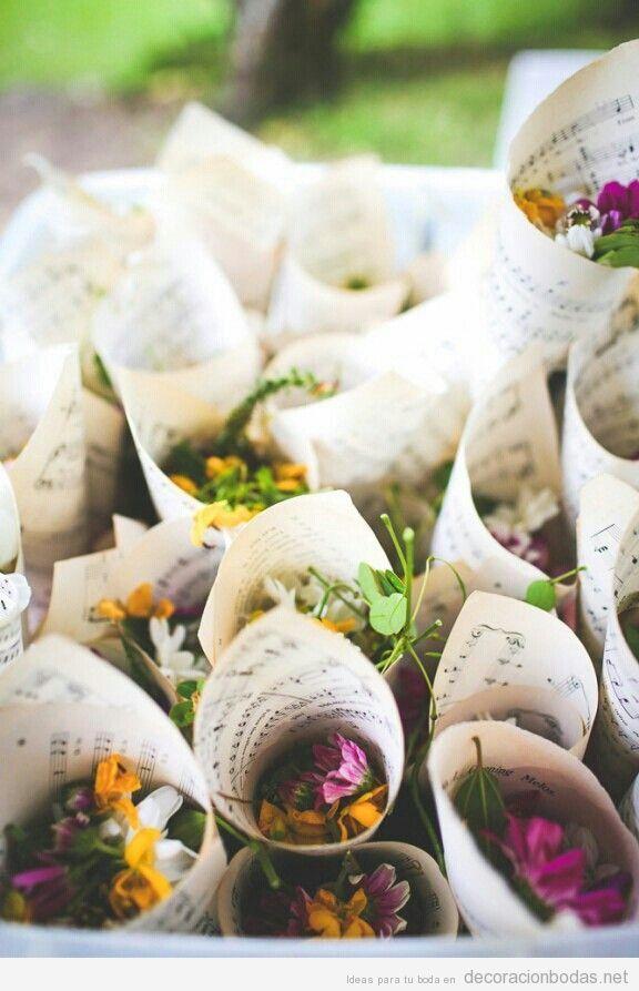 Idea original y bonita para boda, cucuruchos papel partitura con flores