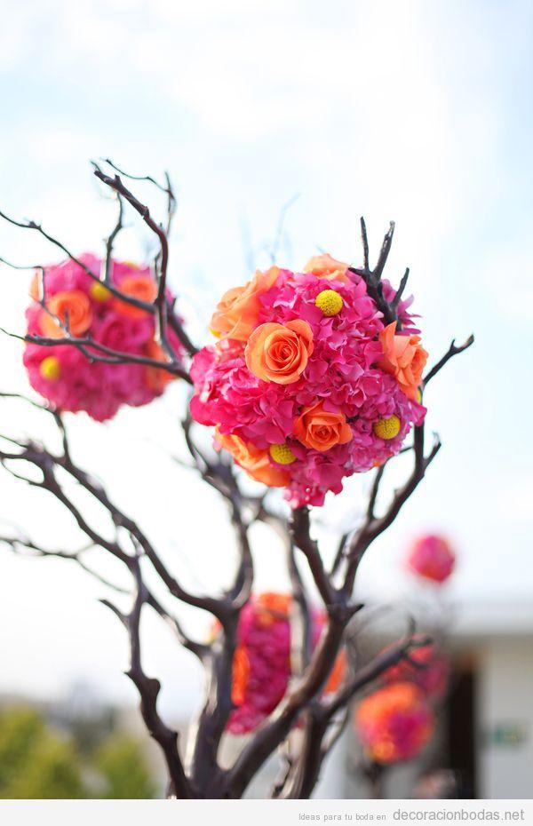 Pompón de flores sobre ramas de árboles, decorar mesa boda