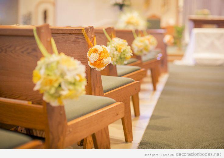 Decoración bancos de iglesia durante una boda sencilla