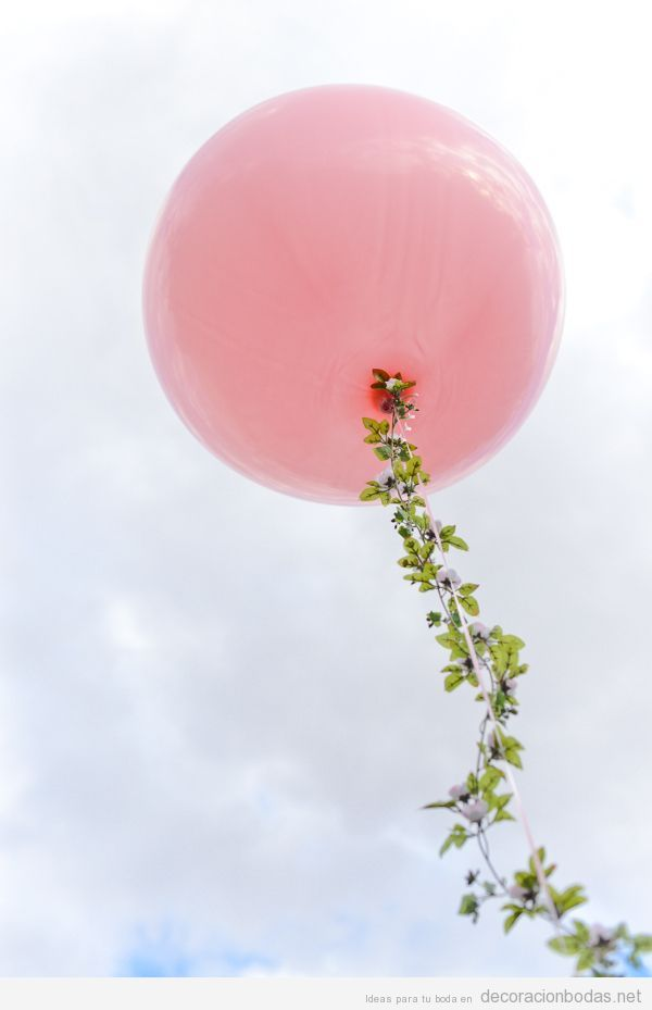 Ideas decoración boda original con globo de helio y hojas de árboles