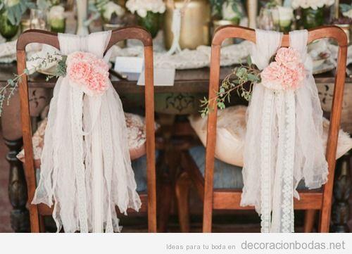 Decoración silla novios en boda con telas de encaje  y flores