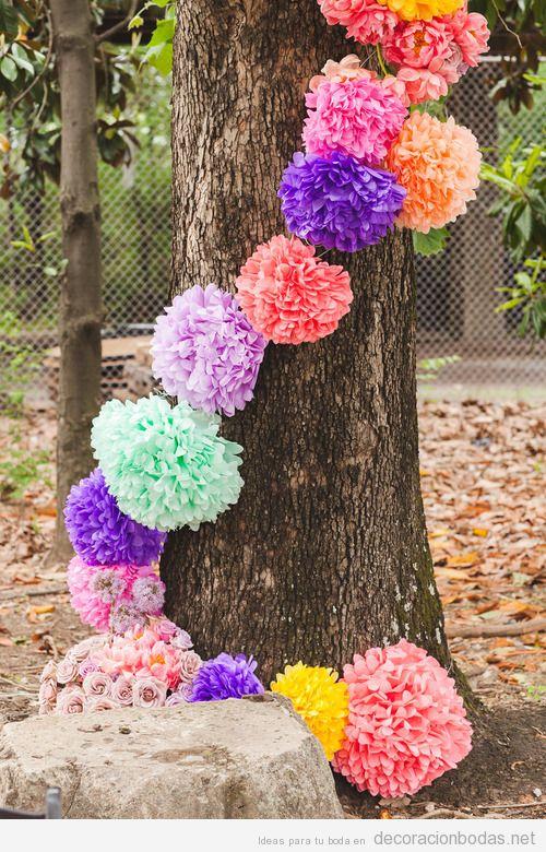 Pompones de papel DIY, ideas decorar bodas en jardín