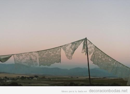 Tendal con encajes, decoración original para boda en el campo