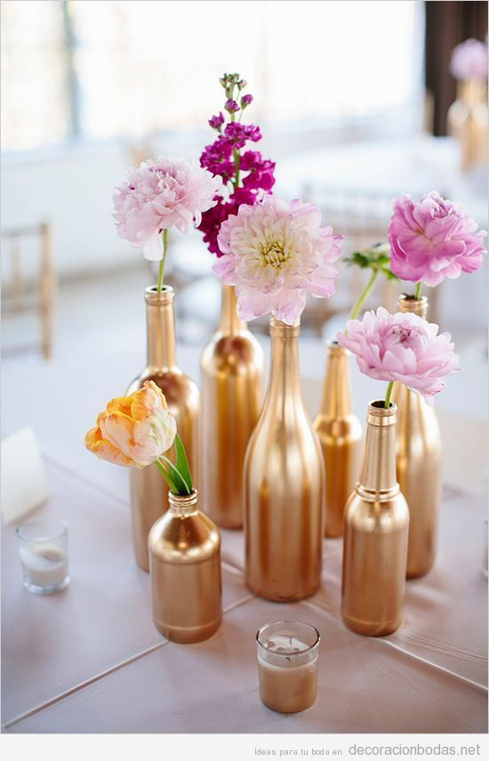 Decoración mesa boda botellas doradas