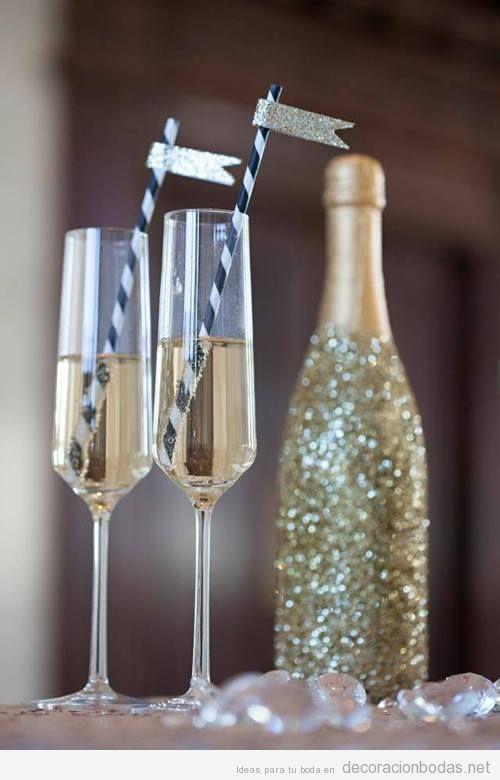 Detalles boda, botella cava purpurina y copas con cañita