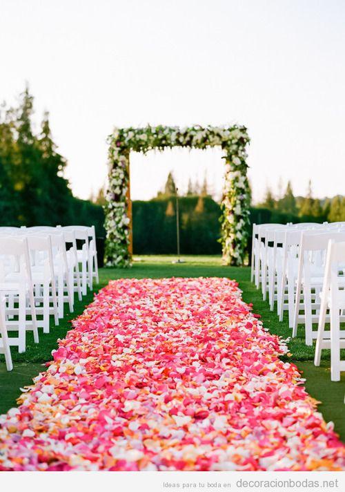 Decoración ceremonia de boda, aflombra de pétalos hacia el altar