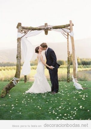 Pérgola madera y tul para celebrar boda