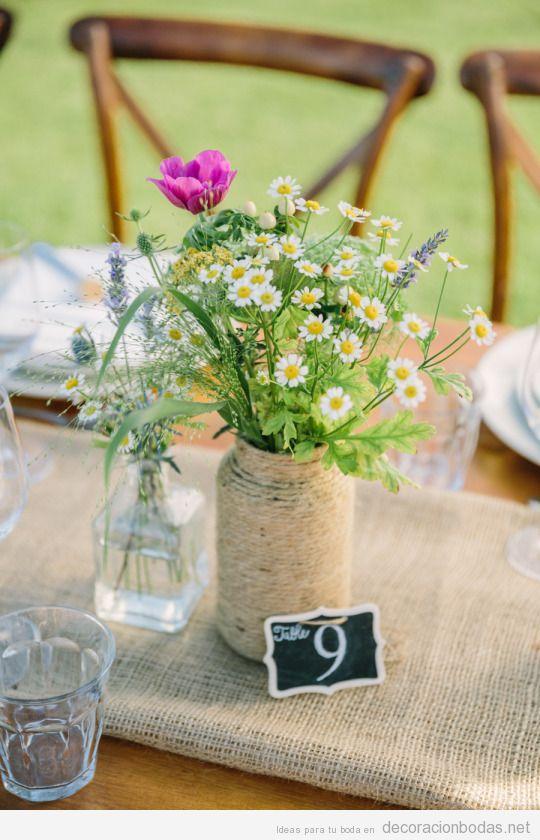Decoración mesa vintage en el campo en verano