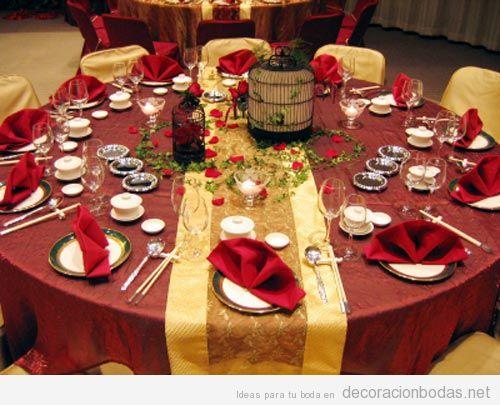 Decoración sofisticada de mesa de boda en interior, granate y dorado