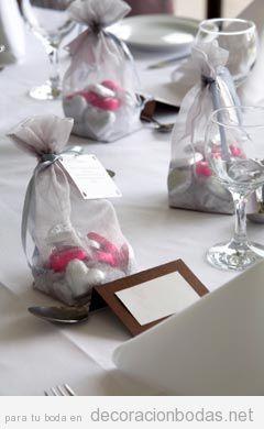 Decoración de mesas de boda con bolsas llenas de bombones