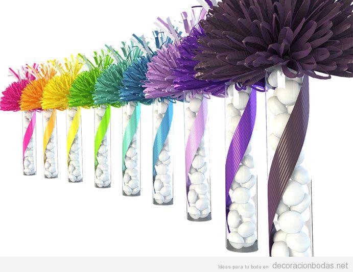 Jarrones transparentes con flores de papel de colores