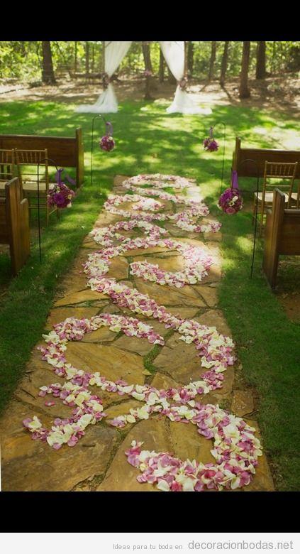 oda en jardín, pasillo hacia el altar con pétalos
