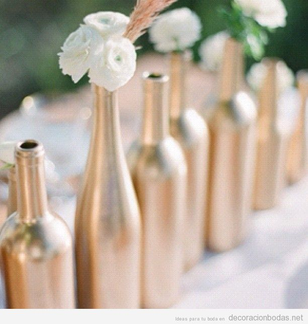 idea barata para decorar boda pintar botellas con spray metlico