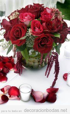 Centro de mesa con rosas rojas, un clásico que funciona