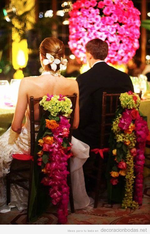 Una cascada de flores en la silla de los recién casados