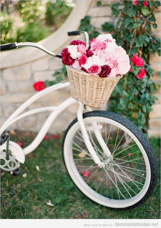 Bicicleta de paseo con cesta de flores para decora boda en jardín