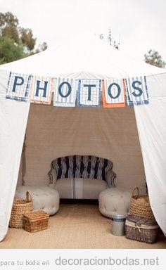 Una jaima de tela blanca para hacerse fotos en una boda en el jardín