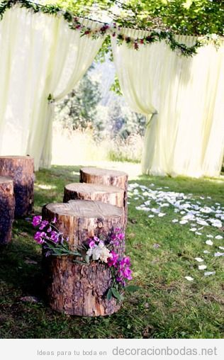 troncos como asientos para una boda en el jardín • decoración bodas