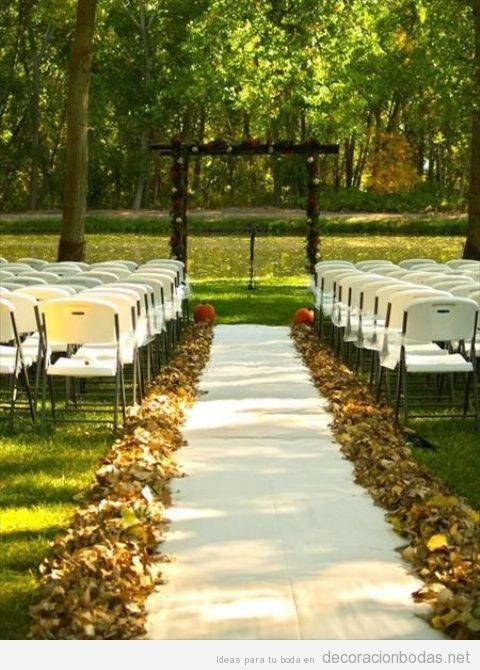 Decoración con hojas secas en una boda en exterior en otoño