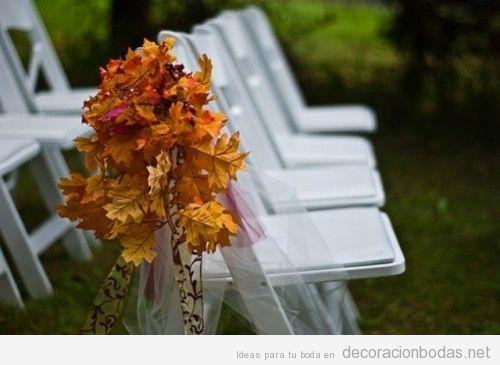 Decoración de sillas de jardín con hojas secas