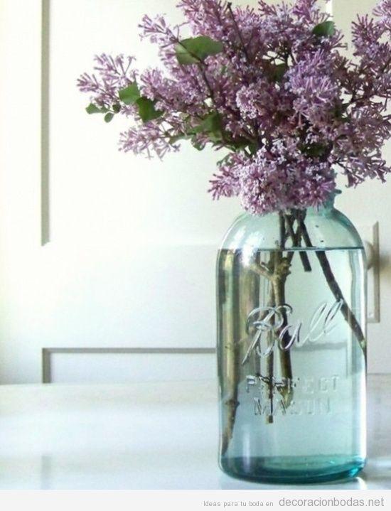 ideas bonitas para decorsar mesa de boda botellas antiguas con lavanda