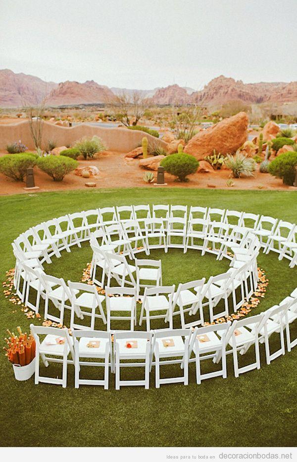 Decoración boda original en jardín, sillas dispuestas en espiral
