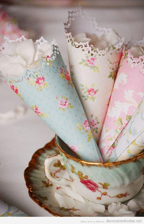 Cucuruchos de papel estampado con pétalos de rosa