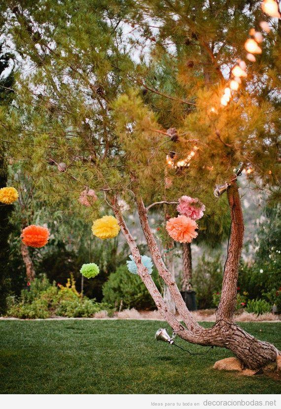 ideas baratas y sencillas para decorar una boda en jardn con pompones de papel