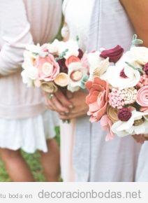 Las novias y las damas de honor llevan un ramo de flores de fieltro